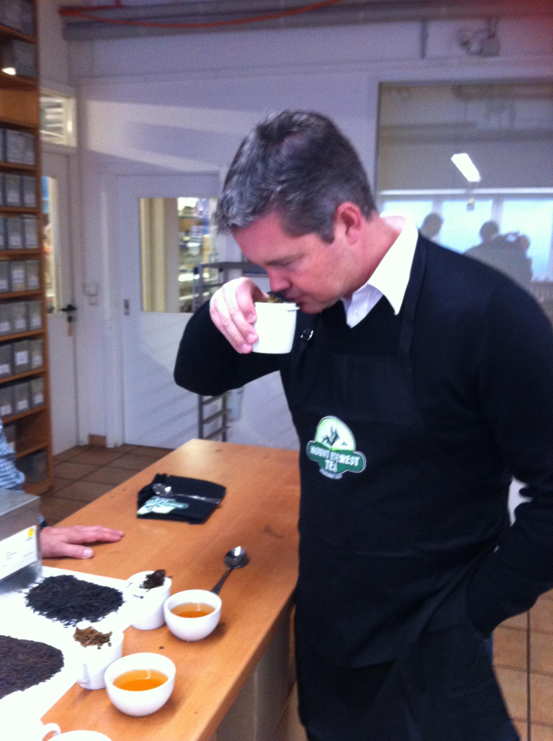 Christian Hörl ist bei der Teeverkostung mit dabei.