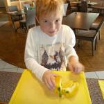 Paprika für gefüllte Paprikaschiffe vorbereiten.