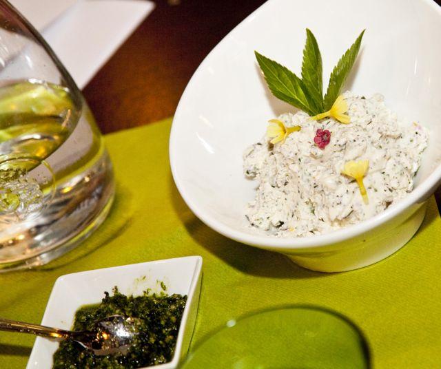 Pesto und Kräutertopfen selber machen - Kräuterkochkurs Salzburg