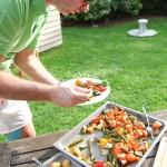 Wildkräuter kann man sehr gut beim Grillen einbauen.