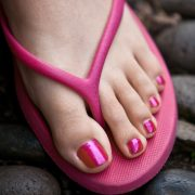 Gepflegte Füße in Flip Flops - Tipps für den Nagellack