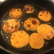 Süßkartoffeln für die Buddha Bowl vorbereiten.