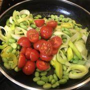 Gemüse in Pfanne für die Buddha Bowl zubereiten - ConnyPURE