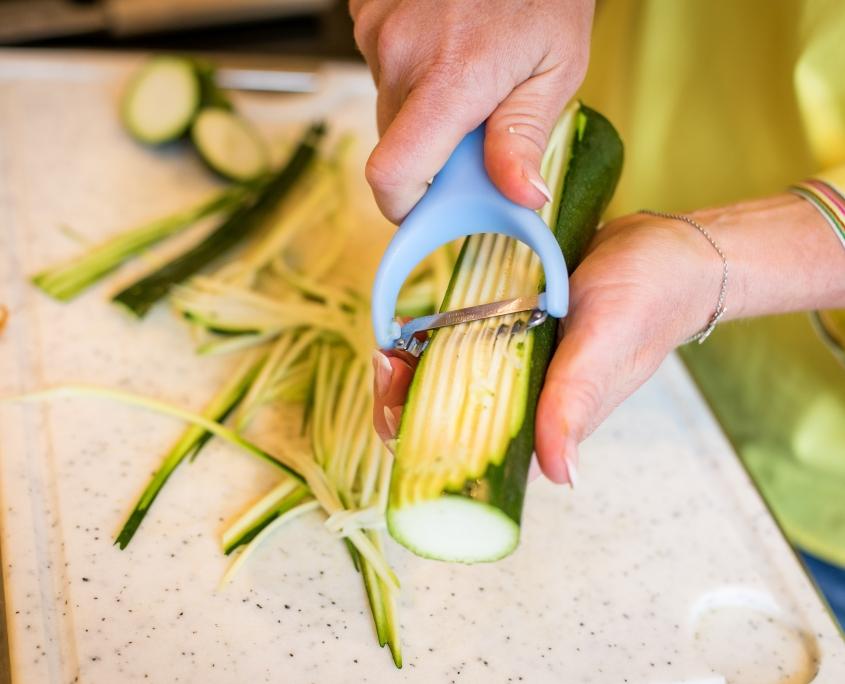 Gemüse mit Spiralschneider oder Julienneschneider abziehen
