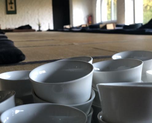 Teeschalen für die Teezeremonie im Zen Kloster